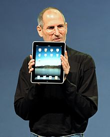 Forrás: http://en.wikipedia.org/wiki/File:Steve_Jobs_with_the_Apple_iPad_no_logo_%28cropped%29.jpg